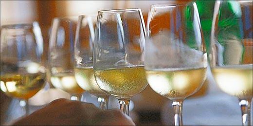 Die Weisswein-Degustation will gelernt sein. Allzu leicht lässt man sich von starken Primäraromen «blenden».