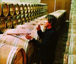 Bruno Arrivé bei der Fassprobe seines Cognacs
