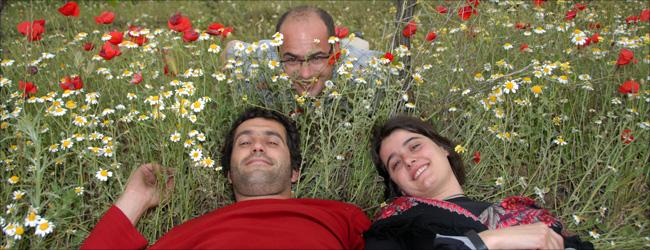 Freuen sich schelmisch über die blühende Artenvielfalt auf Azul y Garanza: Das Winzerpaar Daniel Sánchez und María Barrena Belzunegui und Delinat-Weinexperte David Rodriguez (hinten).