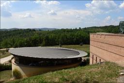 Die Architektur erinnert an eine moderne Festung: Der neue Weinkeller wurde 1997 in Betrieb genommen.