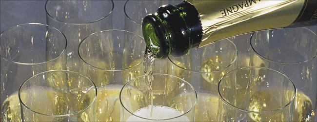 Nichts unterstreicht einen festlichen Anlass so sehr wie ein Glas Champagner. Dabei wird oft viel Wert darauf gelegt, dass das Etikett für die Gäste erkennbar ist.