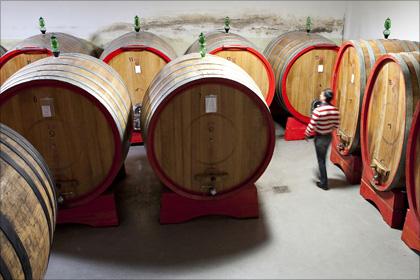 Der alte Holzfasskeller liegt unter dem Wohnhaus. Darin reifen die edlen Sangiovese-Weine, der Vino Nobile di Montepulciano. Ursprünglich war das Weingut ein kleines Kloster.