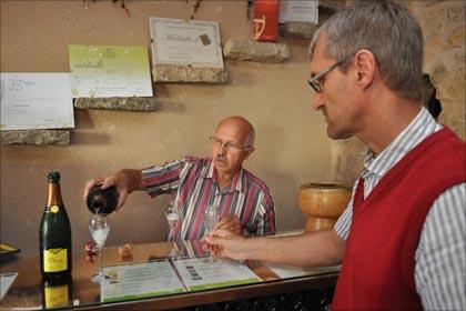 Emil Hauser von Delinat (rechts) degustiert die Schaumweine von Bernard Delmas.