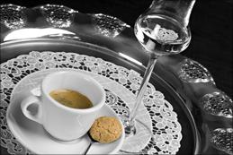 Neben einem Espresso macht ein Grappa als <a href=
