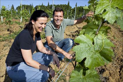 Martina Korak von Delinat (links) und Neri Gazulli in den Weinbergen der Tenuta San Vito.