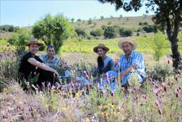 Delinat-Winzerberater Daniel Wyss (links) lässt sich von David, Maria und Antonio Alfonso die grossartige Biodiversität auf dem Weingut Volvoreta zeigen.