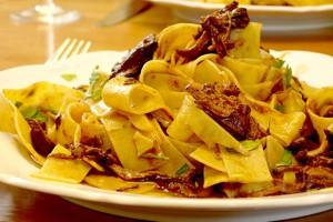 Pasta zum Rotwein: Pappardelle al Ragù di Manzo
