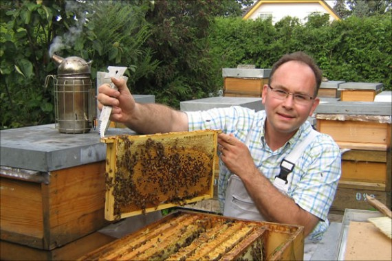 Dr. Marc-Wilhelm Kohfink am Bienenstand