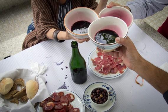 Spezialität der Stadt Ponte de Lima: Vinhão, der rote Bauernwein aus der Tasse.