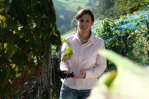 Martina Korak (Önologin, Einkäuferin bei Delinat) im Weinberg.
