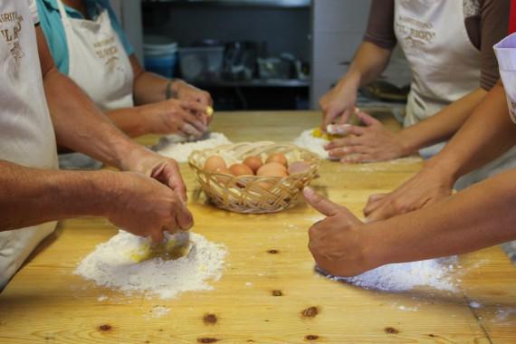 Viele fleißige Hände - wir lernen wie man frische Pasta macht!