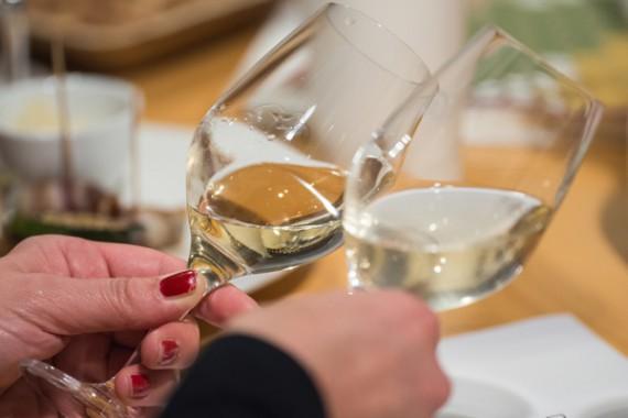 Genaues Hinschauen reicht nicht: Ob ein Wein mit Wasser versetzt wurde, ist nicht so einfach festzustellen.