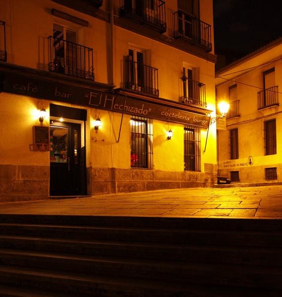 In den stimmungsvollen Gassen Madrids findet sich immer eine einladende Taverne für eine Tapa mit Wein.