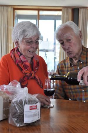 Jürg Dietrich verträgt keinen Wein. Seiner Frau schenkt er aber gerne ab und zu ein Glas ein.