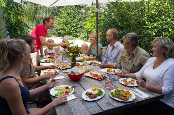 In der grossen Runde schmeckts am besten: Familie Michlits bei Tisch
