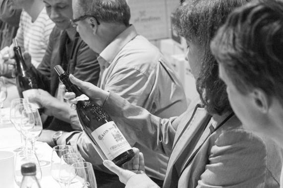 «Königsklasse» – ein spannender Rätselabend in geselliger Runde: riechen, probieren, notieren, diskutieren und staunen, wenn Kursleiter Dirk Wasilewski am Ende der Verkostungsrunde das Geheimnis um Prestige-Gewächs oder Delinat-Wein lüftet.
