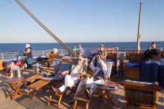 Gebannt verfolgen die Passagiere, wie die Matrosen auf die Masten klettern und die Segel setzen