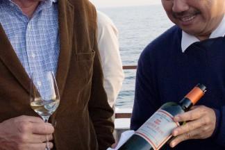 Winzer Louis Fabre (links) verkostet seinen eigenen Chardonnay.