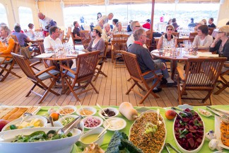 Verführerisches Mittagsbuffet auf dem Lido-Deck.