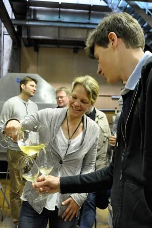 Angela Michlits lässt Biowinzer aus ganz Europa Jungweine aus dem Meinklang-Keller verkosten.