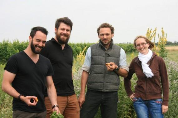 Die Kundenberater mit Werner Michlits vor einem  Biodiversitäts-Hotspot im Weingut Meinklang (v.l. Kevin Benz, Paolo Mira, Werner Michlits, Naemi Ilg)