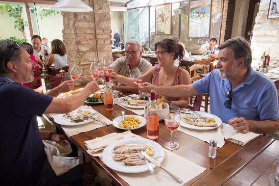 Delinat-Önologin Martina Korak am Mittagstisch mit den Valpolicella-Pionieren Emilio Fasoletti und den Gebrüdern Fasoli.