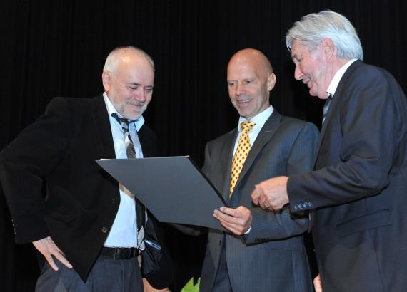 Grosse Freude bei der Übergabe des Binding-Preises. Von links  Dr. Mario F. Broggi (Präsident des Kuratoriums), Karl Schefer und Andreas Adank (Stiftungsrat).