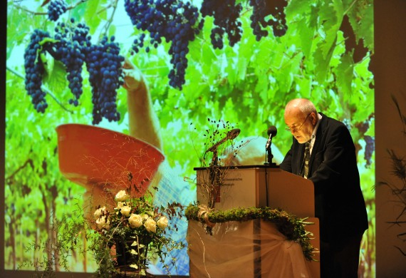 Dr. Mario Broggi liess sich bei der Laudatio von üppig begrünten Weinbergen einrahmen.