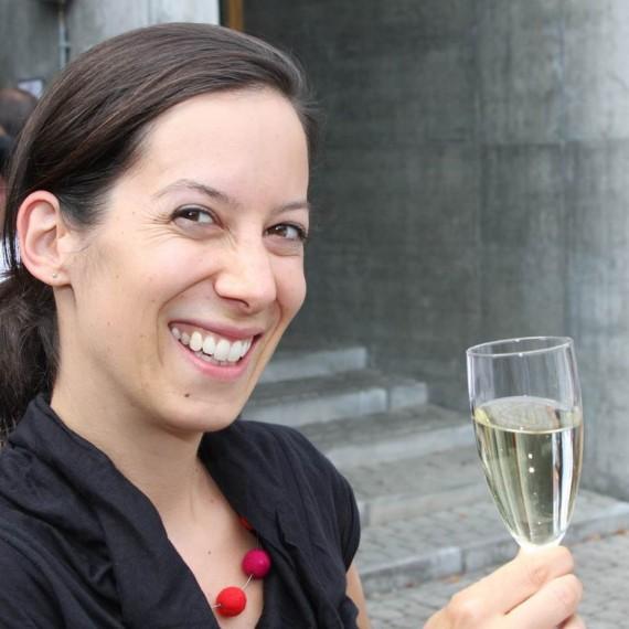 Judith Schönenberger, Lehrerin für Bildnerisches Gestalten und Weinliebhaberin aus Bern, hat guten Grund zum Anstossen.