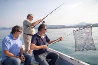 Emilio mit seinen Freunden Amadio (links) und Natalino Fasoli beim Fischen.