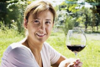 Delinat-Önologin Martina Korak mit einem Glas Barbera.