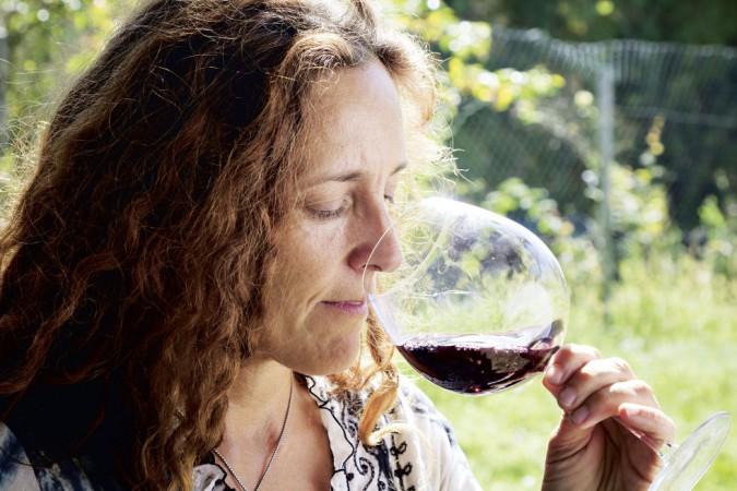 Massimilana Spinola degustiert ihren Wein.