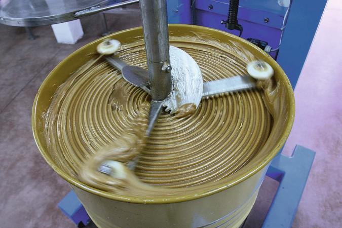 Das Rührwerk macht den Honig schön cremig.