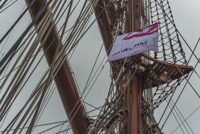 Vom Schiff aus nur schwer zu fotografieren: die Delinat-Flagge
