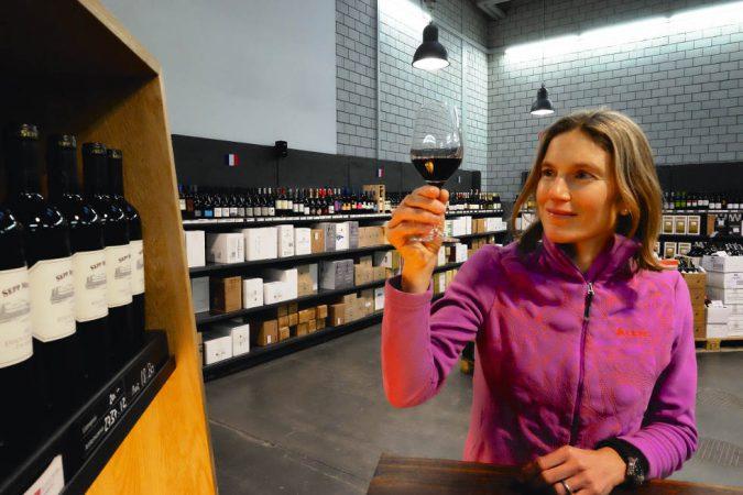 Simone Niggli degustiert im Weindepot Bern ein paar Delinat-Weine.