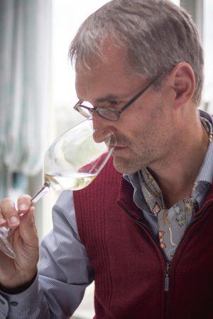 Emil Hauser, Weinakademiker und Einkäufer bei Delinat mit einem Glas Riesling.