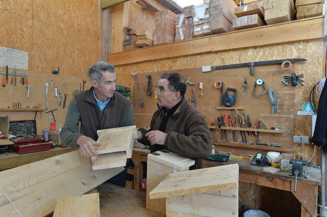 Jean Lignères und Schreiner François Veyssière bauen Nistkästen.
