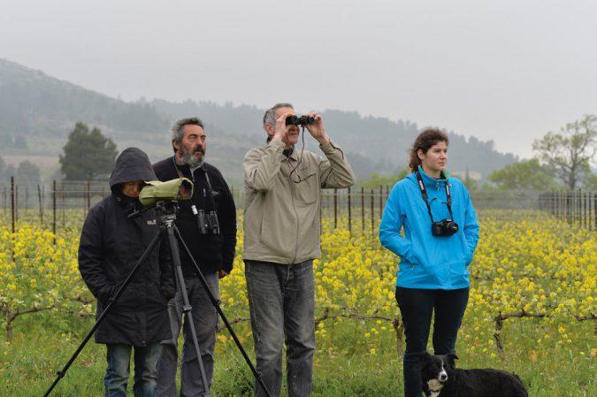 Familie Lignères mit Ornithologe Dominique Clément (mit Bart) beim Beobachten der Vogelpopulation