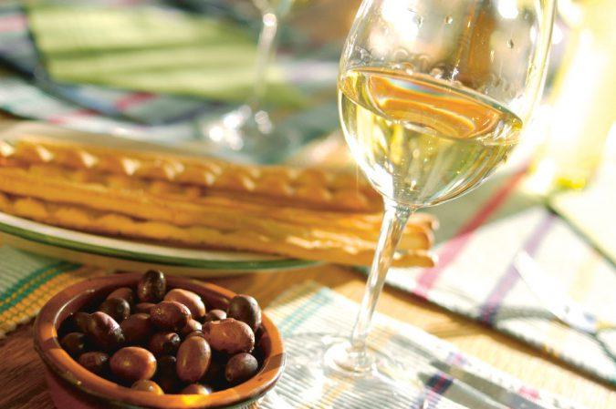 Weisswein mit Crossini und Oliven