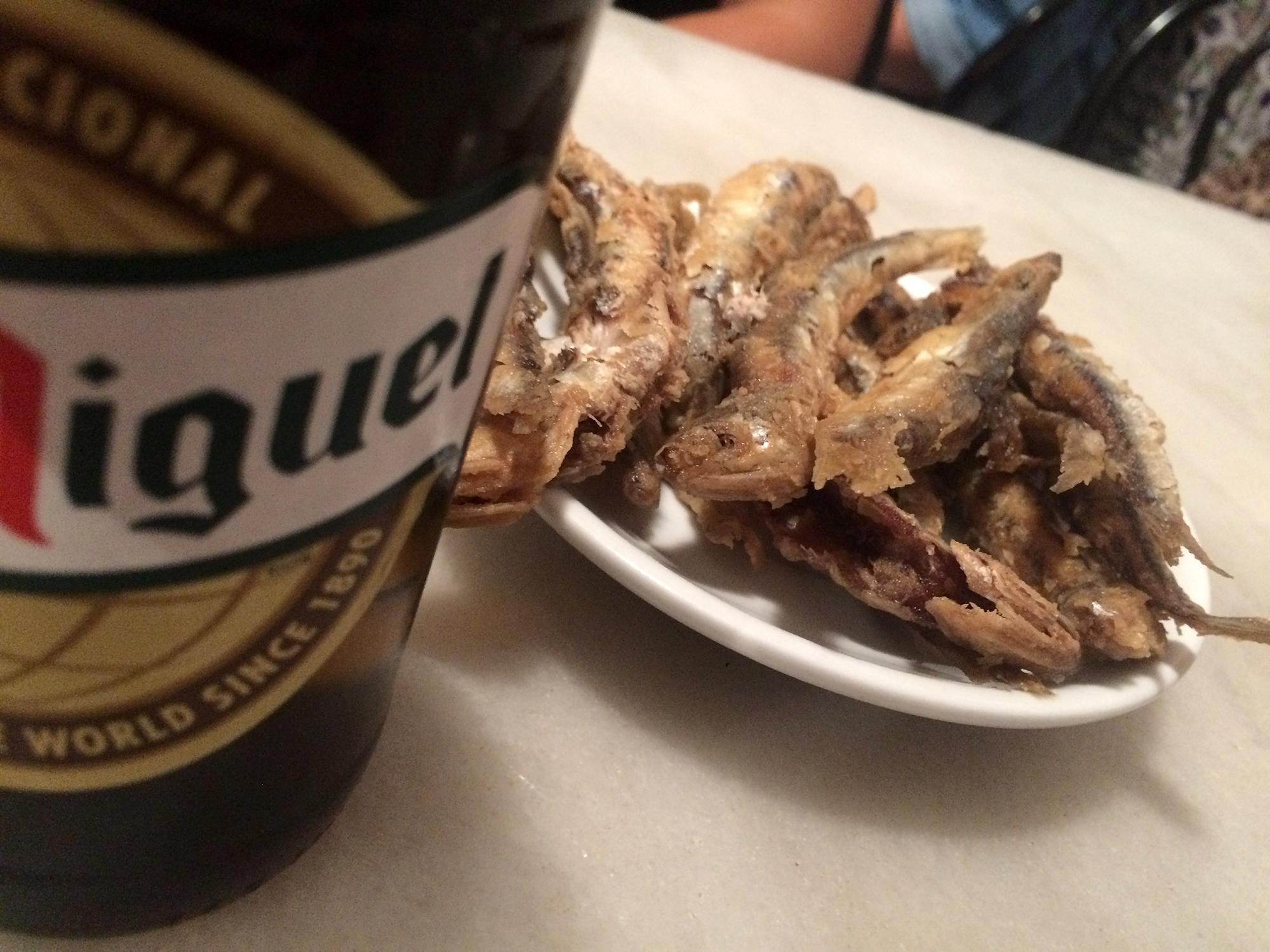 Frittierte Sardinen und Bier