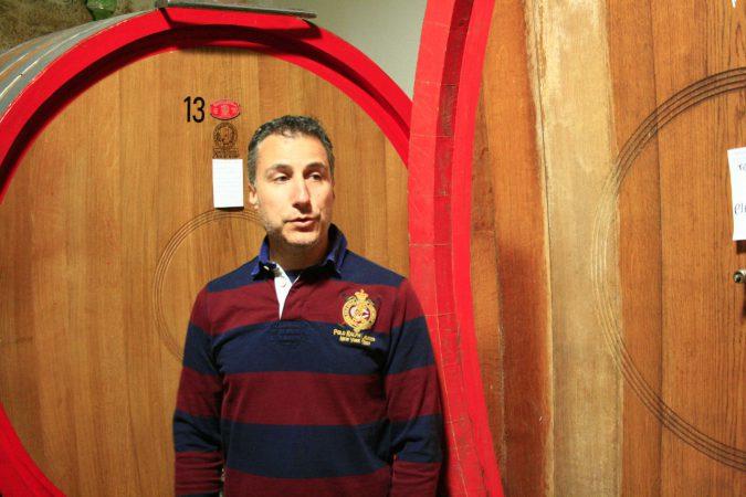 Alberto Brini vor den grossen Eichenfässern, in denen sein Vino Nobile di Montepulciano reift.