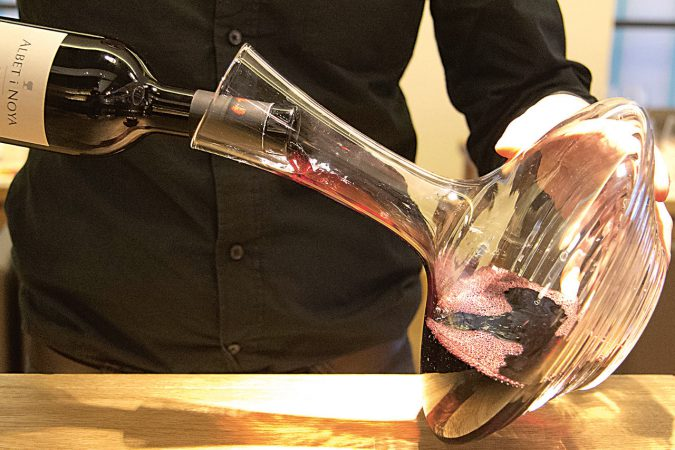 Dekantieren verschafft jungen Weinen Luft und befreit alte vom Depot.