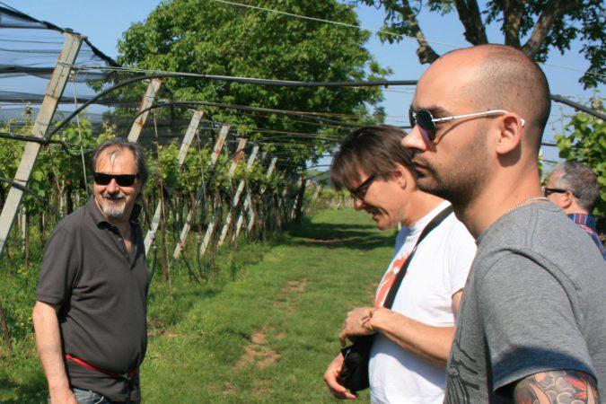 Winzer und Depotleiter im Weinberg. Von links nach rechts: Amadio Fasoli, Pirmin Muoth und der Autor