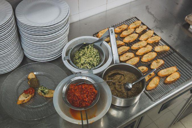 Les trois tartines: geröstete Baguette mit Auberginen-, Paprika- und Zucchini-Belag.