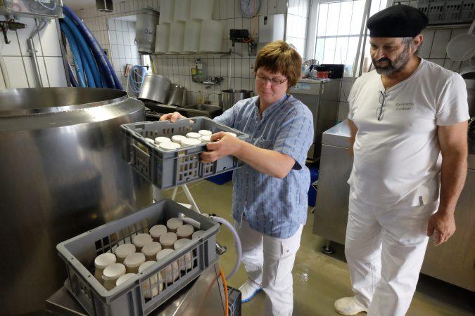 Machen Biokäse auf Welt klasseniveau: sie, die Käsermeisterin, er, der Affineur.