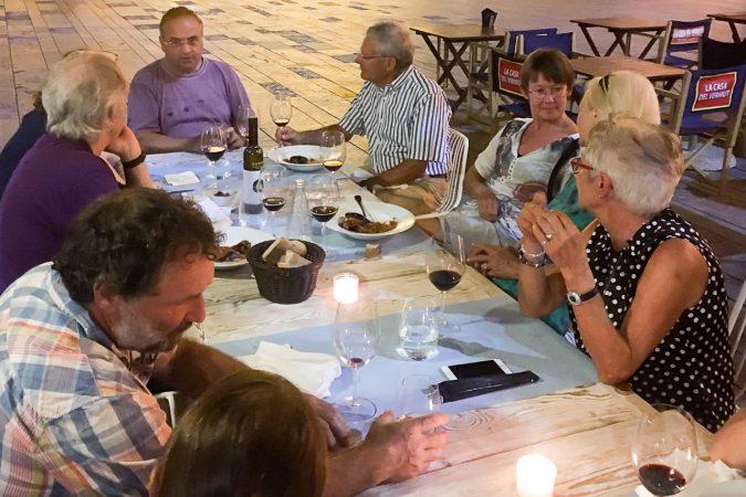 Beim gemeinsamen Abendessen mit dem Winzer entstanden interessante Diskussionen.