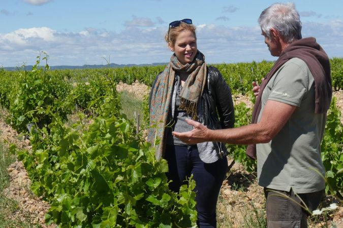 Arina Schefer in den Weinbergen von Daniel Coulon in Châteauneuf-du-Pape.