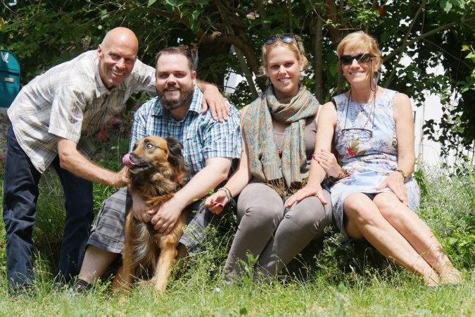Karl Schefer mit Sohn Nicolas, Hündin Muscat, Tochter Arina und Ehefrau Astrid.