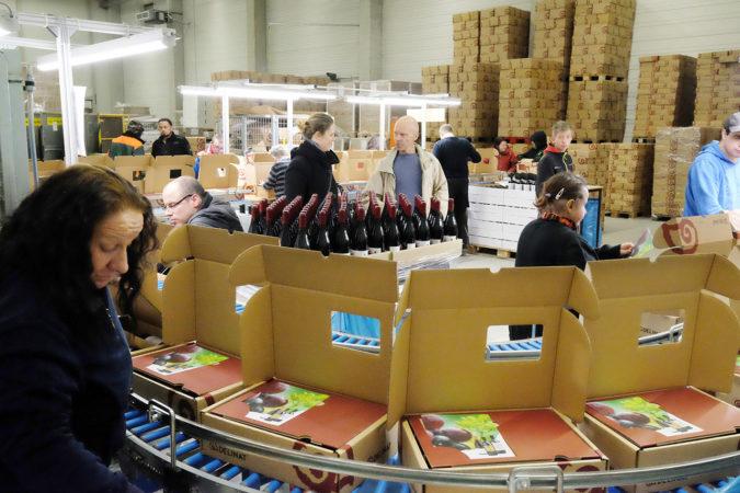 Lebenshilfe Lörrach beim Einpacken der DegustierService-Pakete