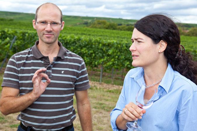 Tobias und Ellen Zimmer schaffen auf ihrem Weingut ein Blütenparadies für Wildbienen.